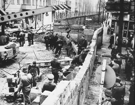 east-germans-build-the-wall