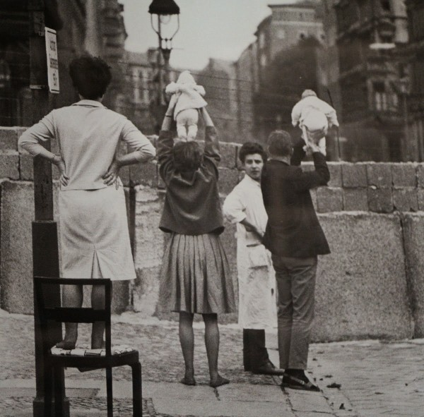 Residents-of-West-Berlin-show-children-to-their-grandparents-who-reside-on-the-Eastern-side,-1961