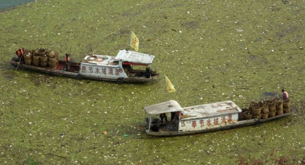 barges-in-polluted-river-625x340