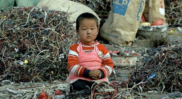 china-environment-kid-playing-with-electronics-625x340