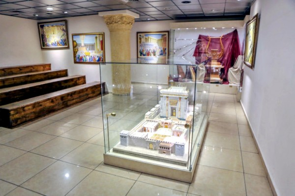 Model-of-the-Holy-Temple-at-the-Temple-Institutes-Holy-Temple-Visitors-Center-in-Jerusalem-600x399
