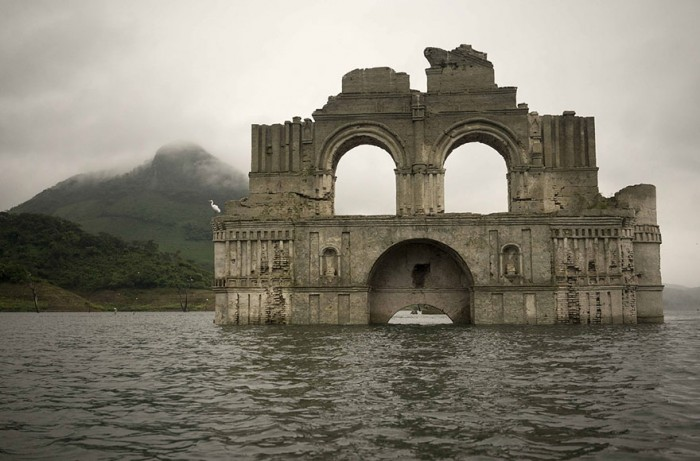 colonial-church-emerges-water-resevoir-temple-santiago-quechula-mexico-1