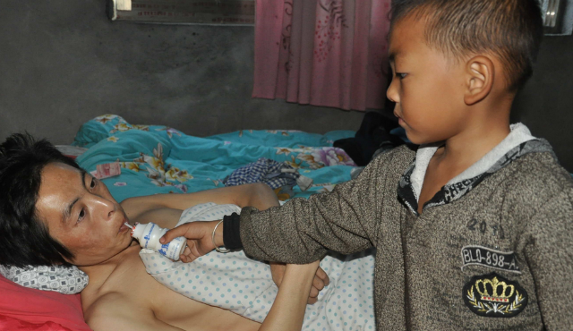 7-Year-Old Boy Takes Sole Care of His Paralyzed Father After His Mother Walks Out Guizhouboy-2