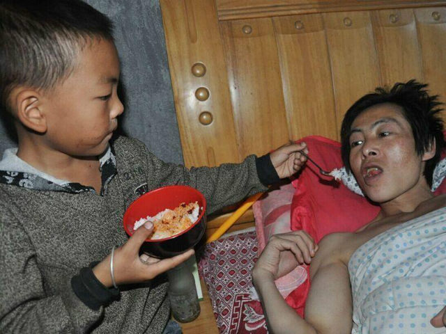 7-Year-Old Boy Takes Sole Care of His Paralyzed Father After His Mother Walks Out Guizhouboy-3