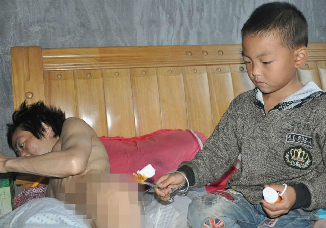 7-Year-Old Boy Takes Sole Care of His Paralyzed Father After His Mother Walks Out Guizhouboy-5