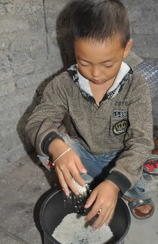 7-Year-Old Boy Takes Sole Care of His Paralyzed Father After His Mother Walks Out Guizhouboy-6