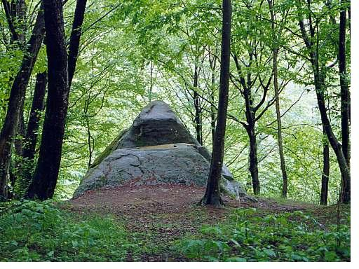 Dolmen_pyramid_in_Mamed_canyon