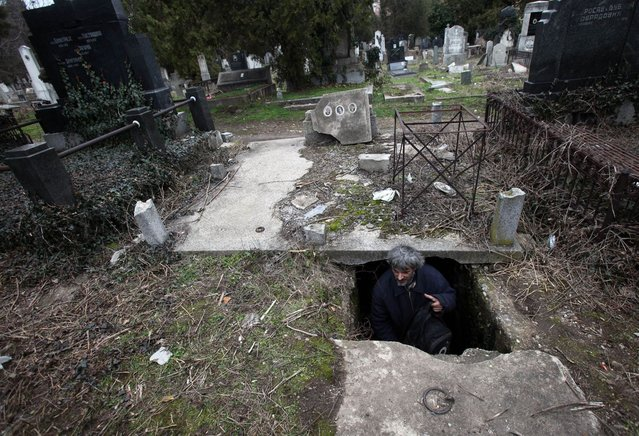 homeless-man-lives-in-grave-15-years