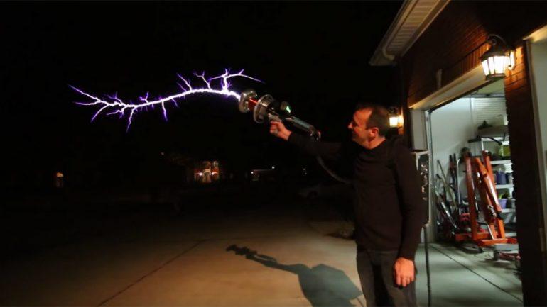 DIY Tesla Gun Fires Forks of Lightning Through The Air