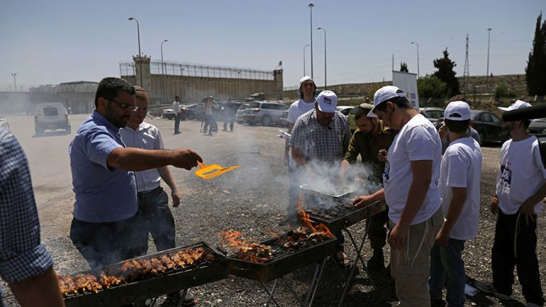 Right Wing Israelis Stage BBQ Outside Prison To Taunt Palestinian Hunger Strikers
