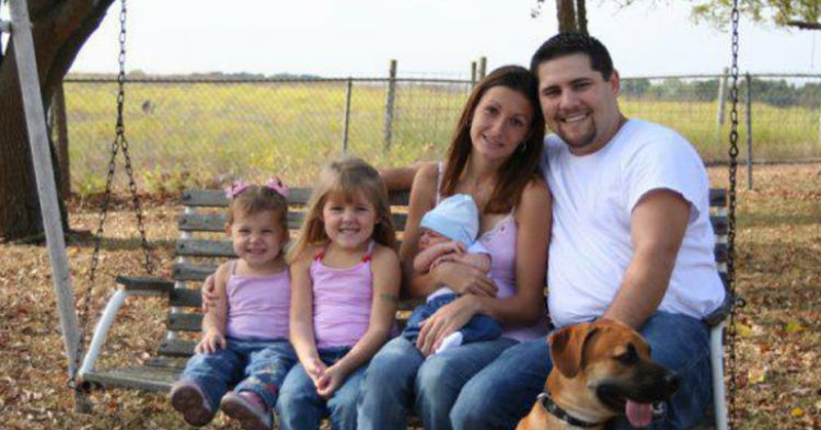 Can You Spot Creepy Reason Photo Of Family Sitting On Bench Has Been Going Viral?