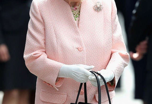 How Queen Elizabeth Uses Her Handbag To Send Secret Signals – Not Many People Know This