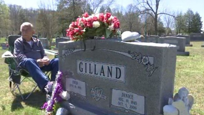 He Kept His Promise – 78 Year Old Man Spends Every Day For 7 Years At Wife's Graveyard To Do This