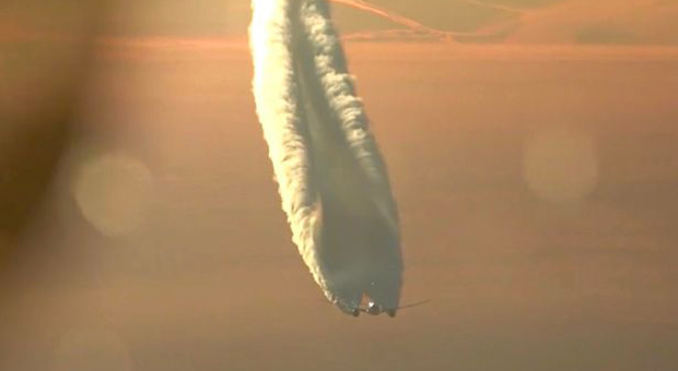 footage-of-plane-chemtrail-goes-viral-29617